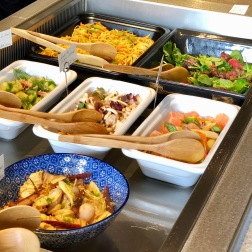 Plats froids : légumes vinaigrés ; salade d'asperges au pamplemousse ; salade de shitakés et shimejis ; concombre à l'ail, radis