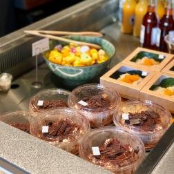 Quelques desserts : tiramisu chocolat jasmin ; riz gluant à la mangue ; salade de fruits. Derrière, les jus de fruits de l'Atelier Patrick Font.