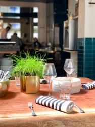 Une table dressée pour le déjeuner