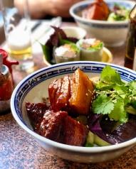 Poitrine de cochon croustillante kawali au tamarin sur bol de riz