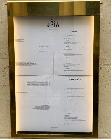 Menu, semainier et carte du bar, affichés à l'extérieur